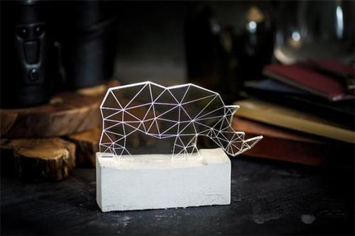 激光切割将有机玻璃分割成各种几何图形,用这些图形拼接成各种动物