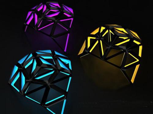 飞蛾灯由涂成黑色支架和带有内置七彩led灯单独的小三角形组成.图片