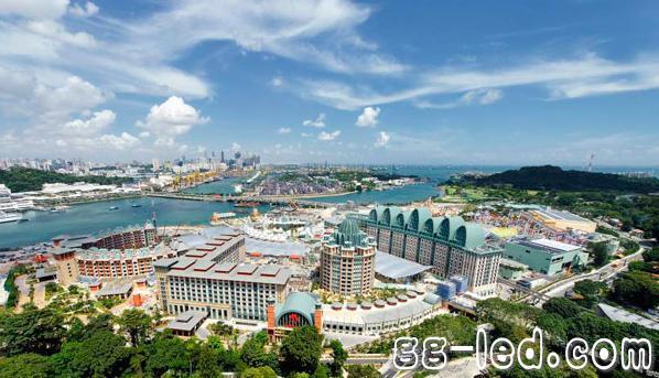 新加坡圣淘沙名胜世界是全球规模最大、价格最昂贵的综合度假胜地之一,其位于新加坡南海岸的圣淘沙岛,该度假胜地的欢迎招牌及各式招牌是由锐高提供的TALEXX LED照明系统。整个度假村都广泛使用了锐高品牌的多功能LED模组。 在这样一个大规模的度假胜地,照明相关的维护成本可能是一个重要的问题,因为若采用传统照明系统,维修人员需要不断监控故障灯具。同时,还可能需要投入大量时间从库房挑选合适的灯具,然后返回故障灯具所在位置进行更换。此外,圣淘沙名胜世界的大部分招牌都安装在非常高的位置,因此需要专用设备才能更换灯具